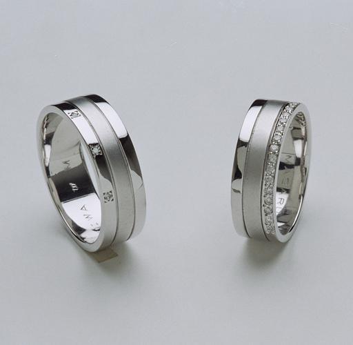 存在感のある幅広リングにレディースには、ダイヤを添えて 女性らしさをプラス・・・