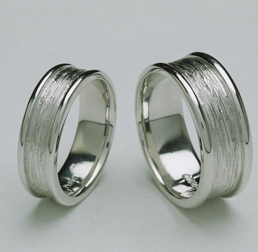 水の流れをモチーフにしたリングは、いつまでも二人の愛が注がれるという意味を込めて・・・