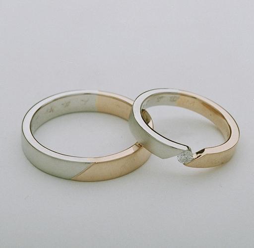 やわらかいピンクゴールドでシンプルに・・・。ダイヤモンドは奥様へのプレゼント